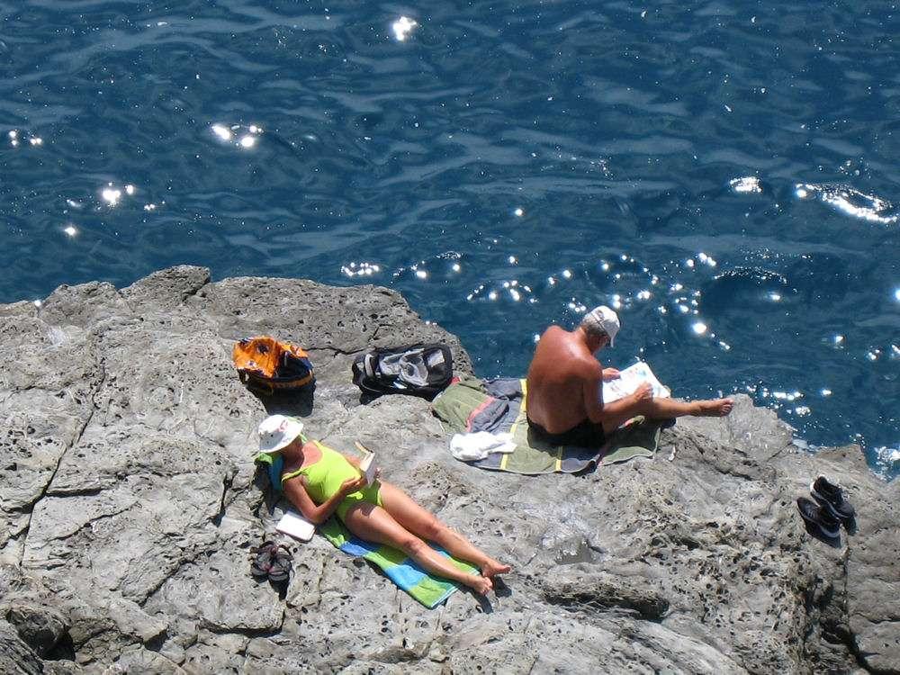 Solbadning på klipperne