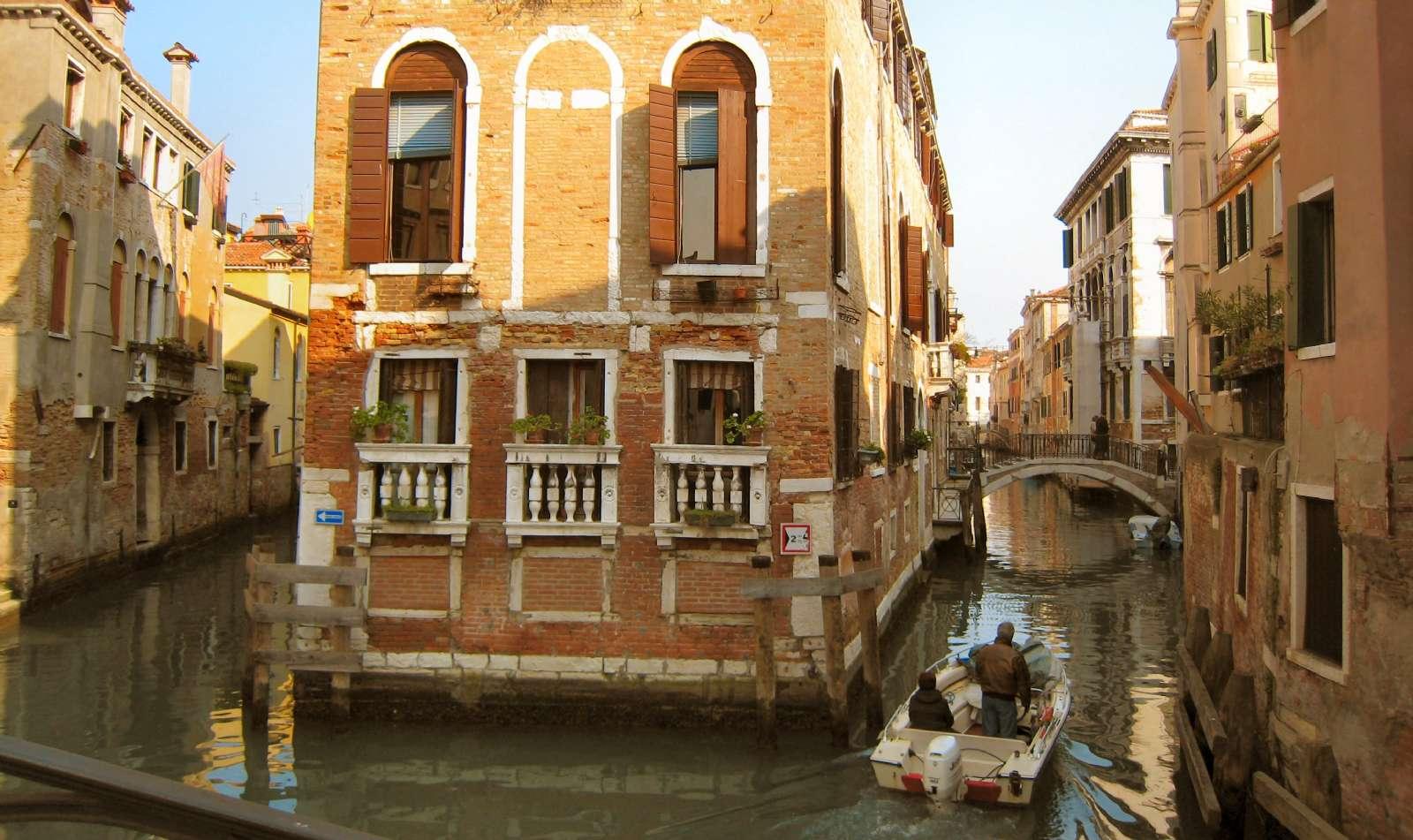 De vackra kanalerna nära hotellet