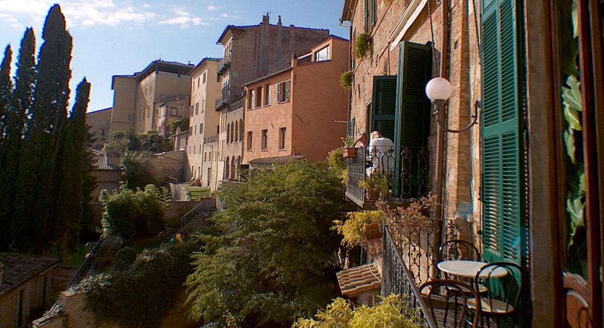 Der er flot udsigt fra balkonerne på den smukke Caffè Poliziano