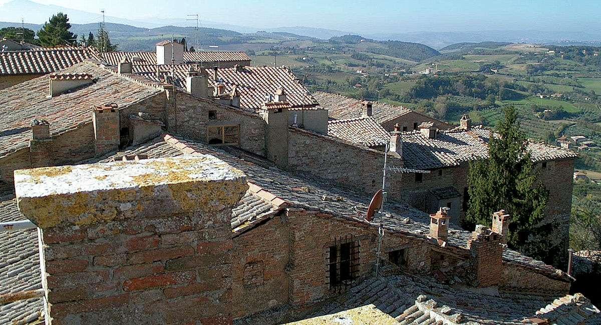 De sluttande gatorna i Montepulcianos historiska centrum