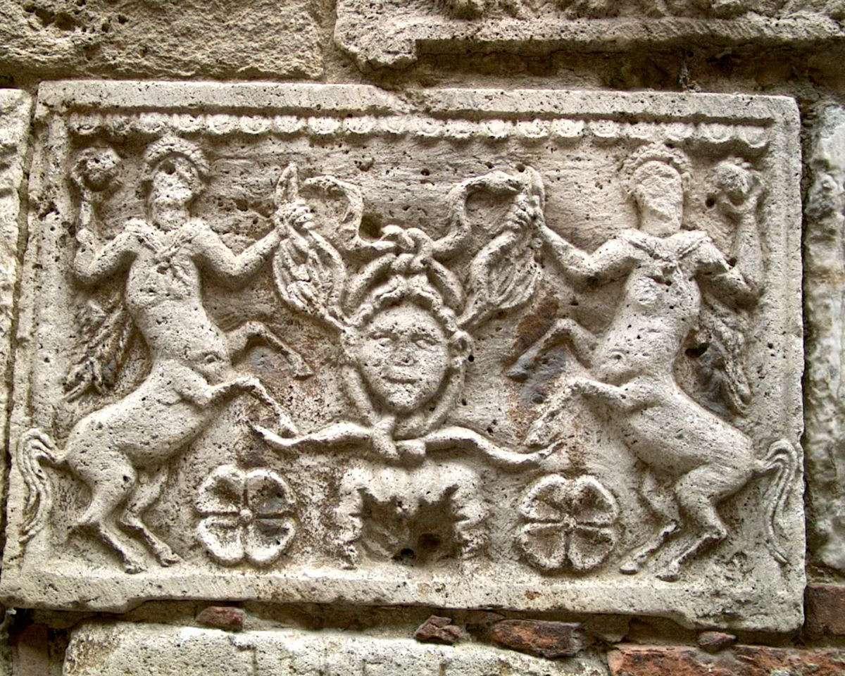 Genbrug fra Romerriget i facaden på en bygning i Montepulciano