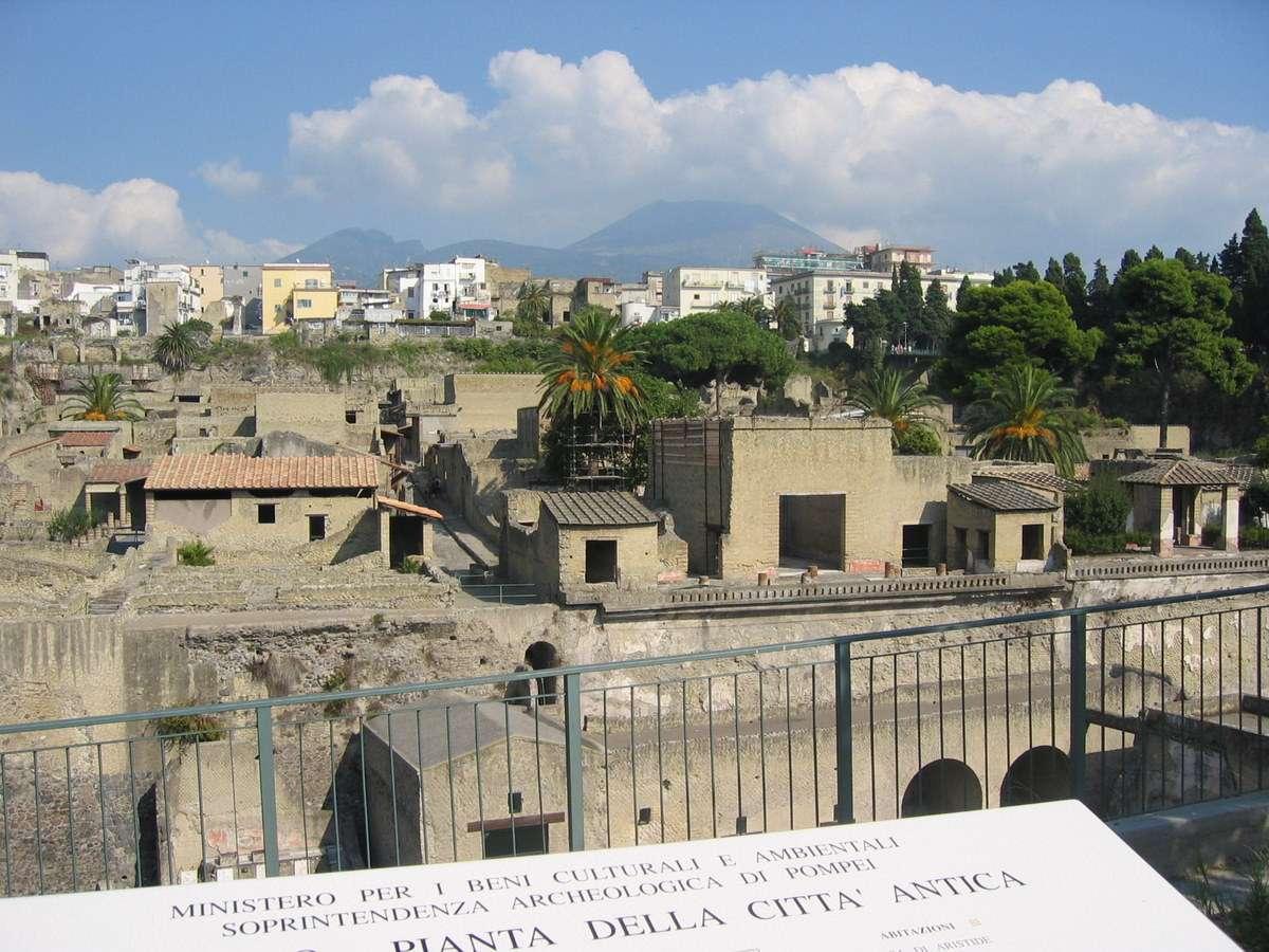 Udsigt over byen med Vesuv i baggrunden