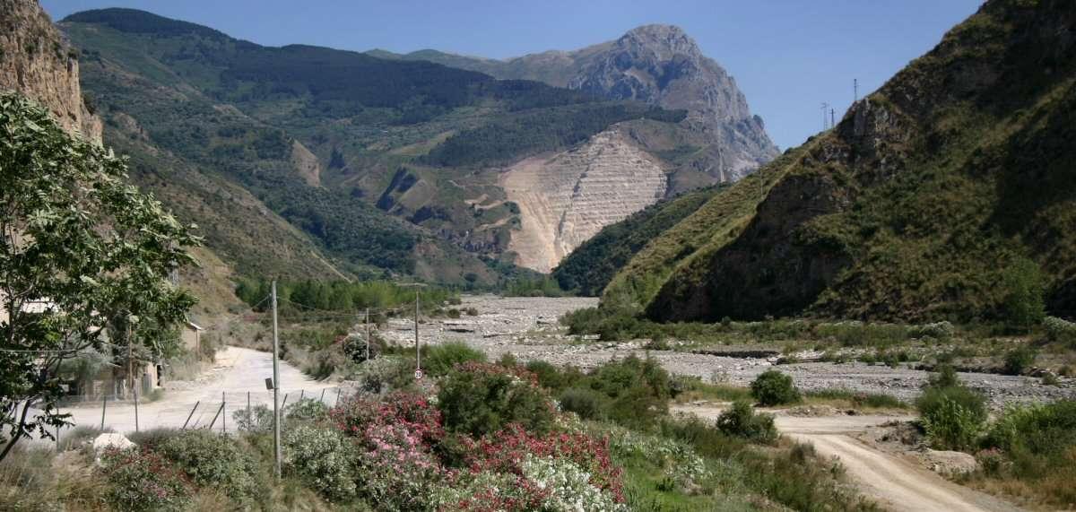 Uttorkad flod under den sicilianska sommar