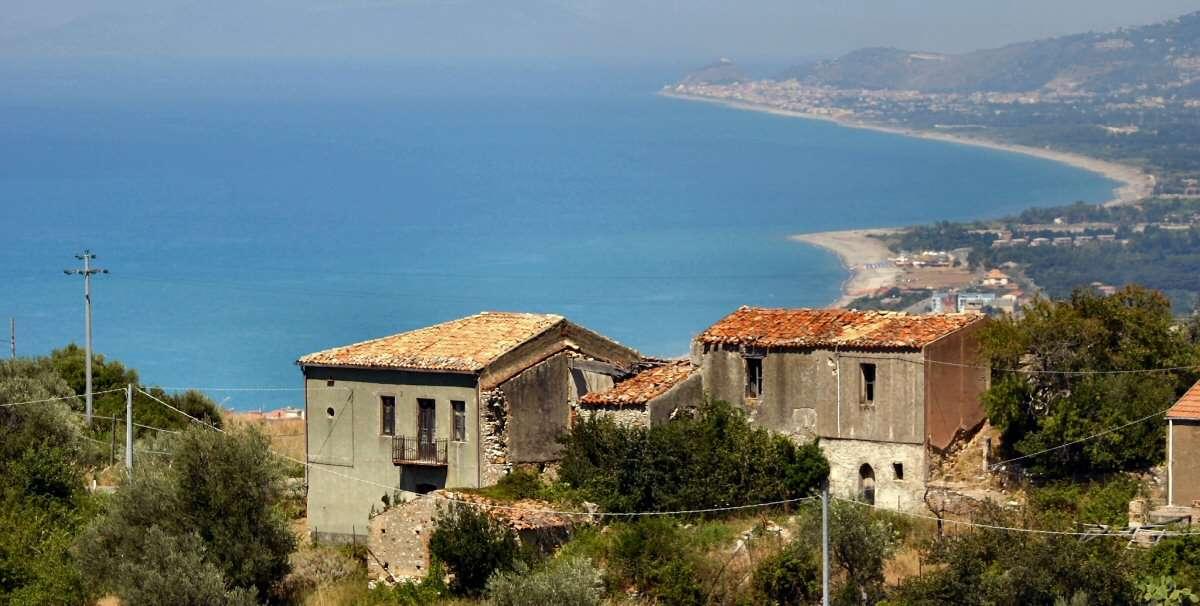 Naturens storhet och byggnadernas förfall följs ofta på Sicilien