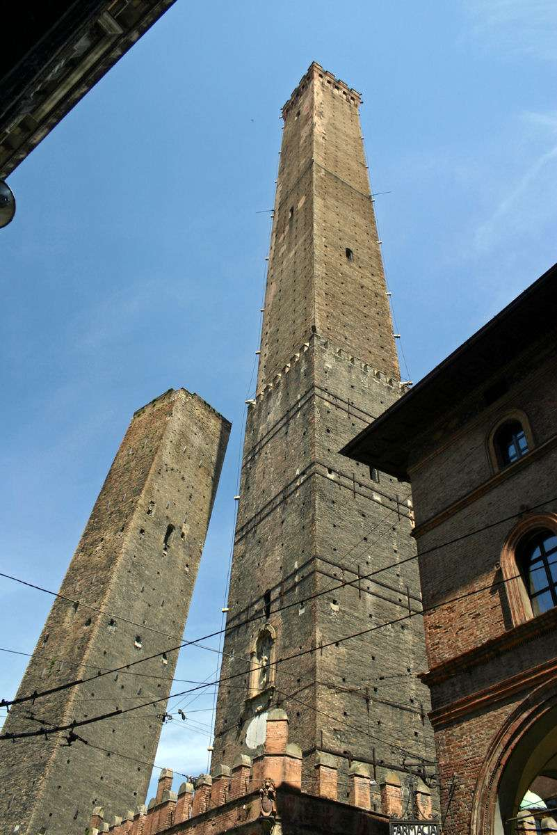 Bologna har mange seværdige monumenter, bygninger og pladser