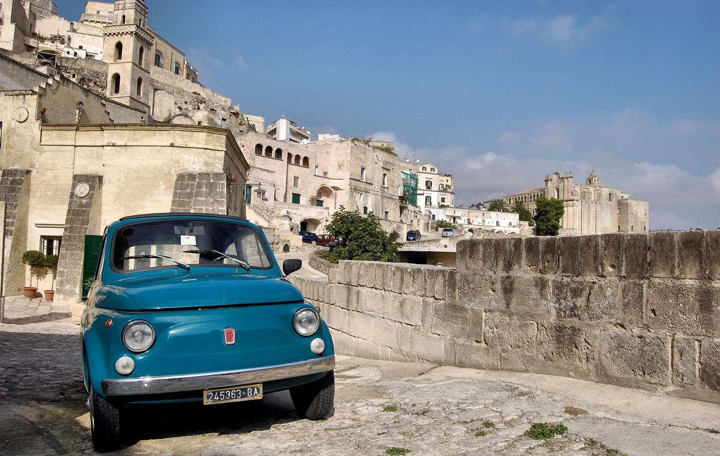 Klassisk FIAT 500 i den historiska staden Matera