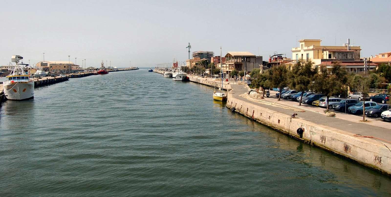 Medelhavet skymtar i bakgrunden