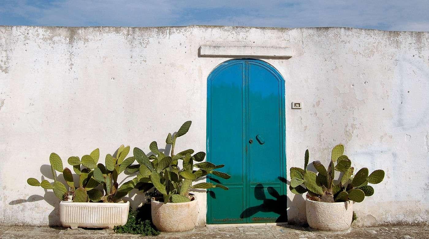 Syditaliensk stil med hvidkalkede mure og kaktusfigner - her i Ostuni