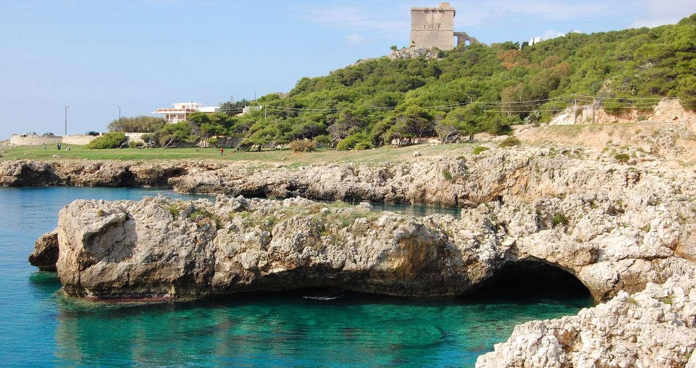 Forreven klippekyst og turkisfarvet vand