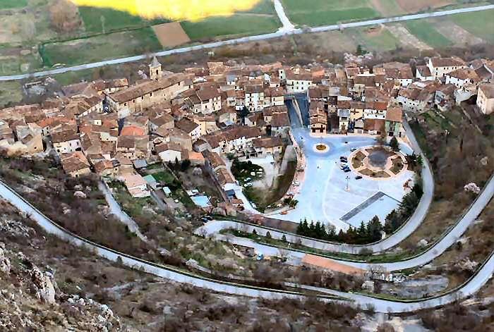 Utsikt från Ocres gamla slott ner över staden Fossa