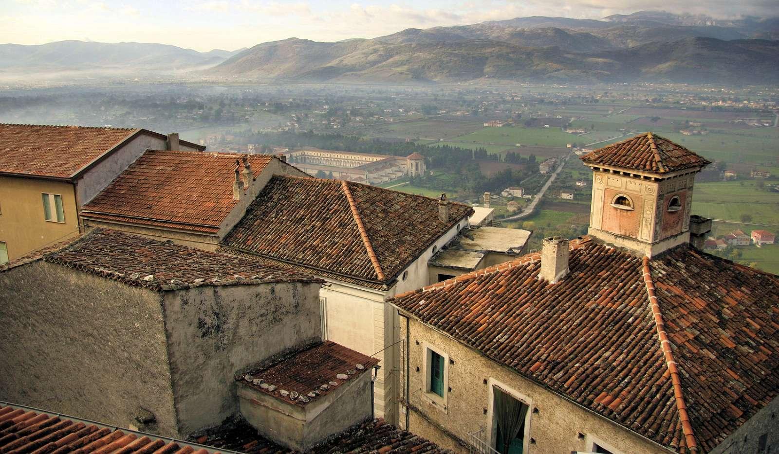 Udsigt fra byen over Certosa di San Lorenzo og Vallo di Diano dalen