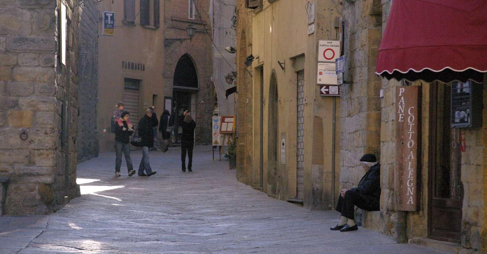 Via dei Sarti i Volterras historiske centrum