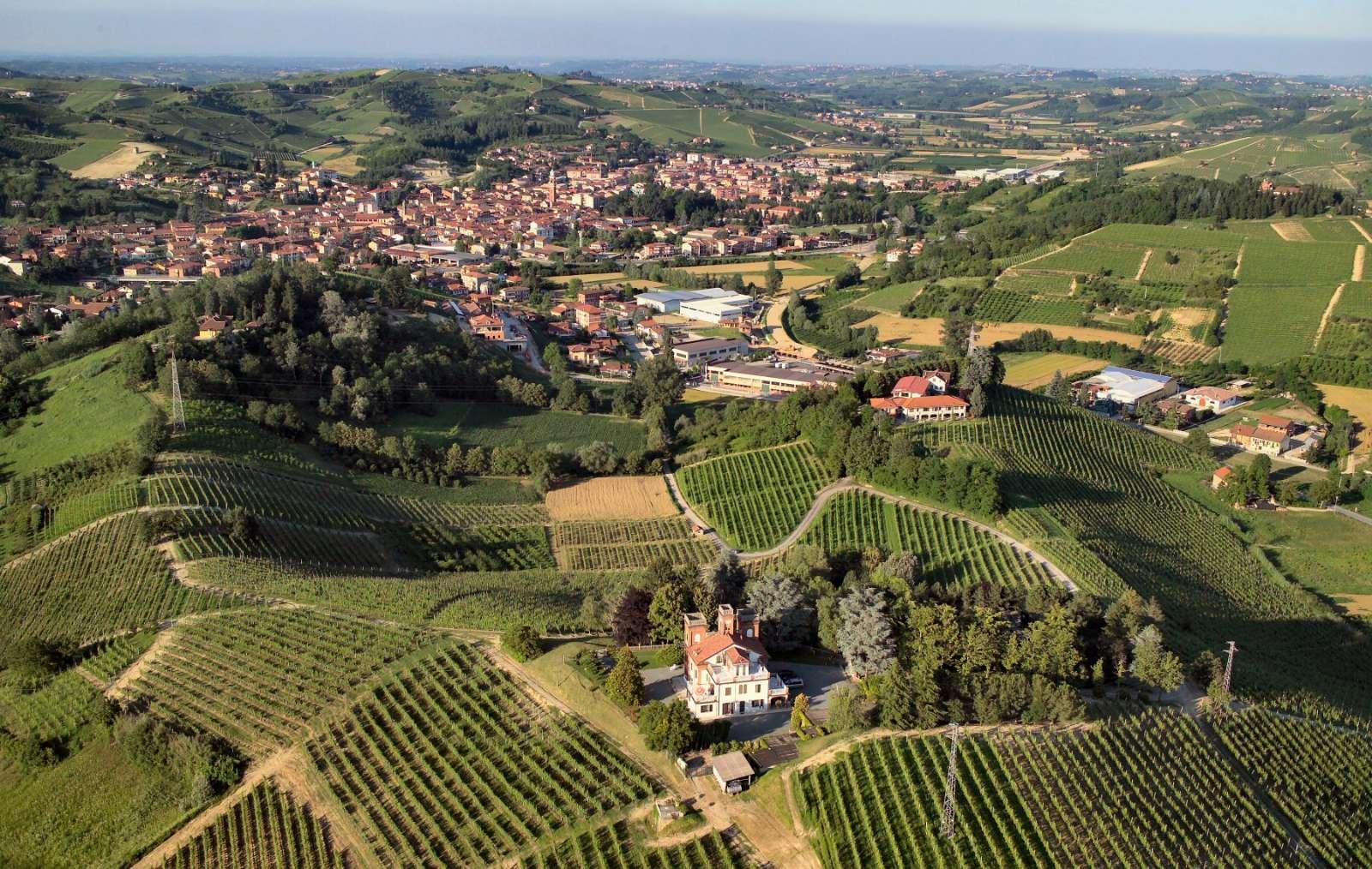 Omringat av vinmarker och nära staden Canale