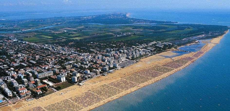 Bibione von oben gesehen - der Strand ist riesig