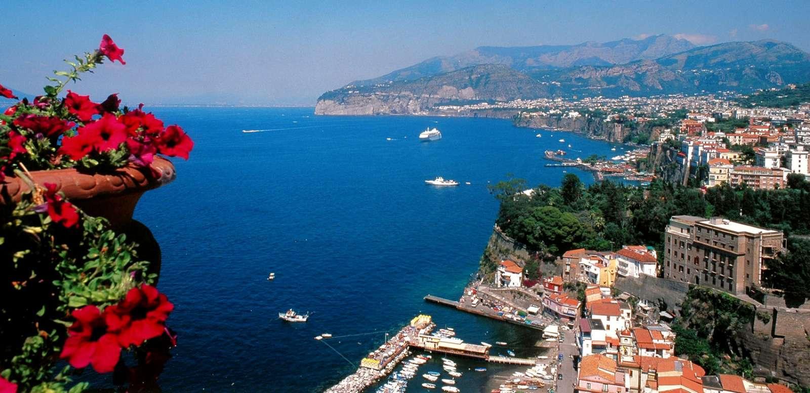 Vacker utsikt över hamnen i Sorrento