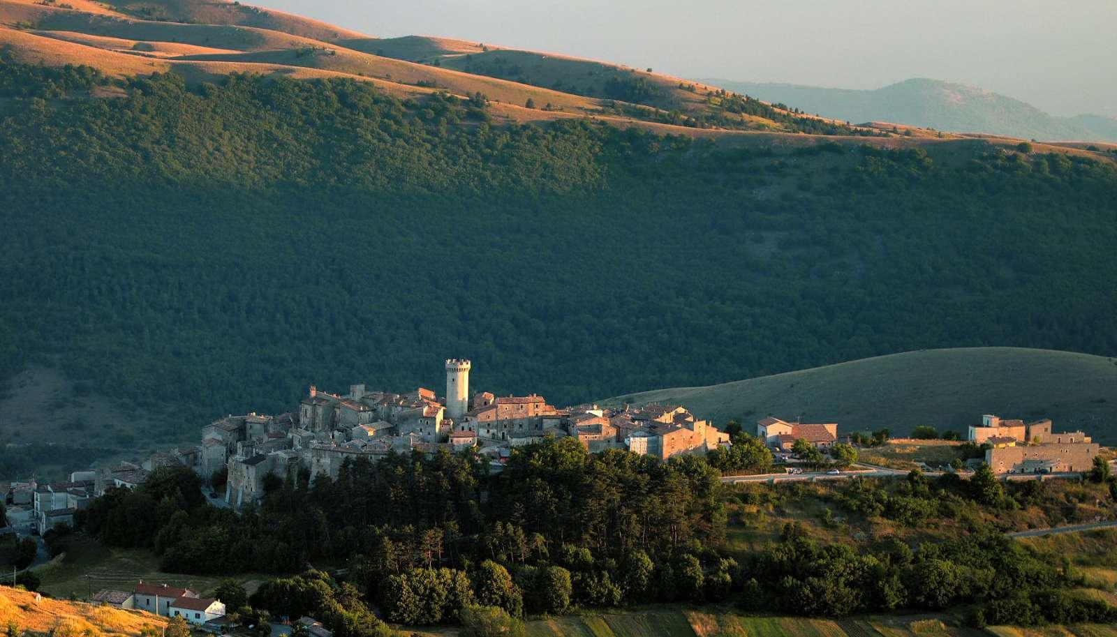 Byens markante profil til minde om en svunden tid før jordskælvet i 2009, hvor byen stadig havde sit middelaldertårn