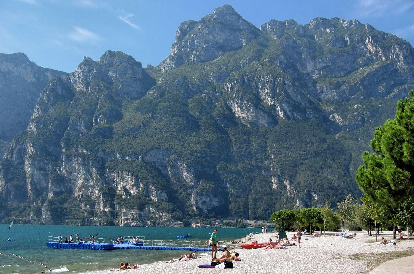 En av småstränderna du kan finna vid Gardasjön