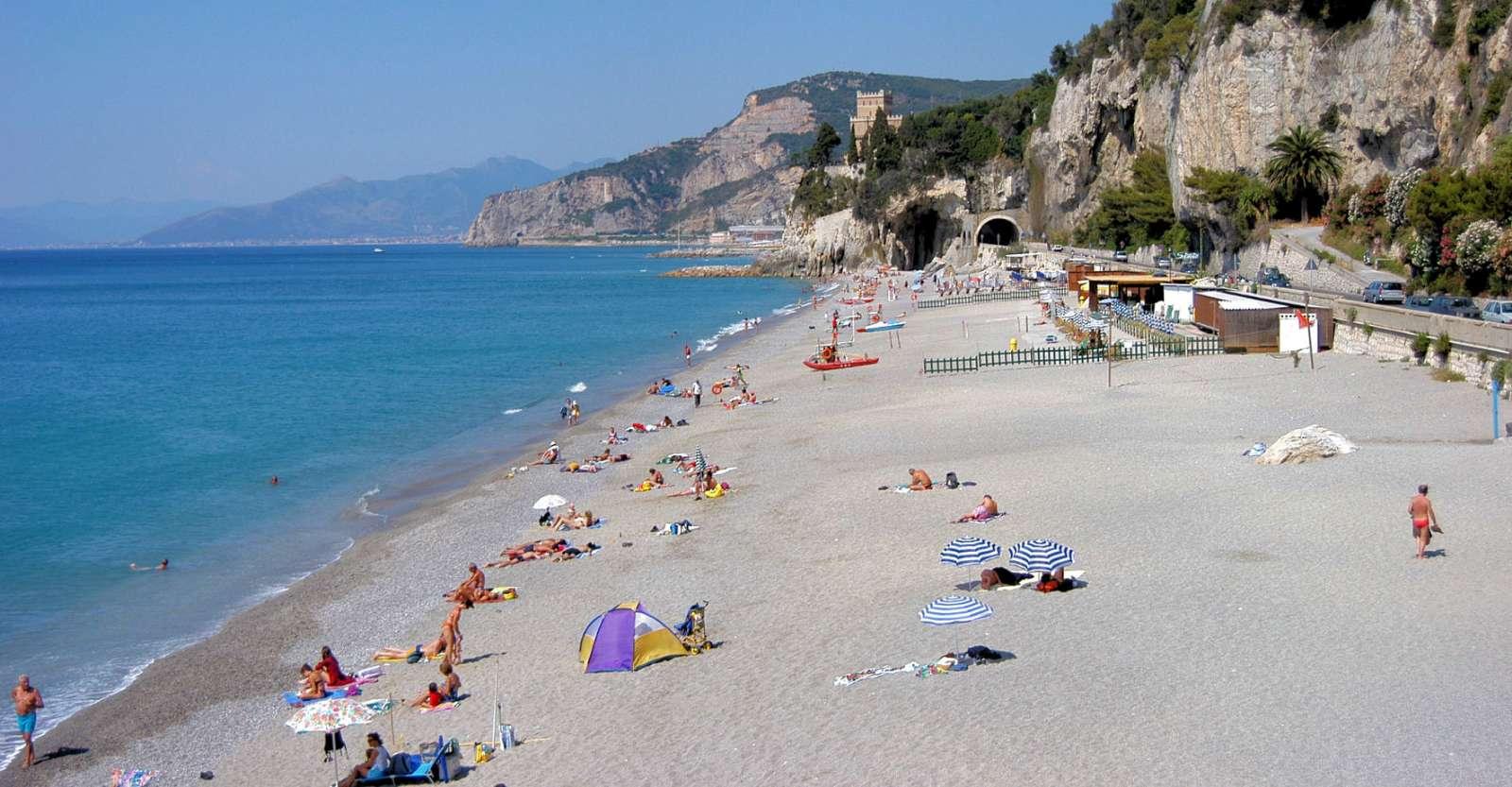 En av Liguriens många vackra stränder