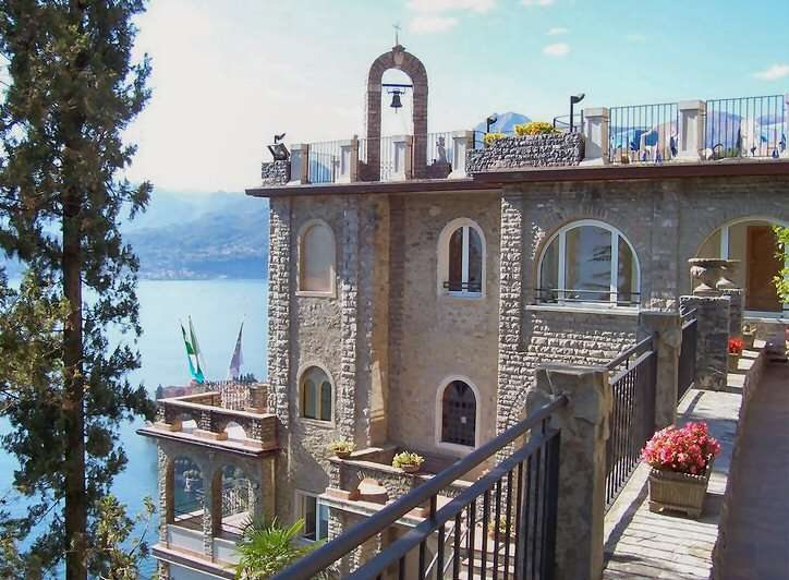 Suite Teodolindas overdækkede terrasse med arkadebuerne nederst til venstre