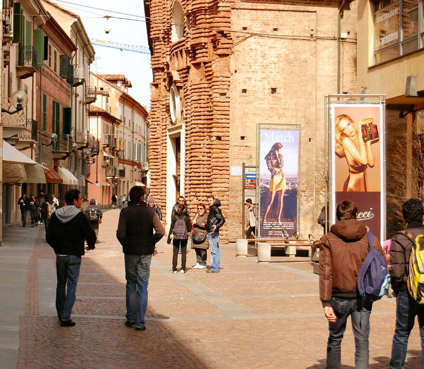 Den livliga handelsgatan Via Vittorio Emanuele (även kallas Via Maestra)