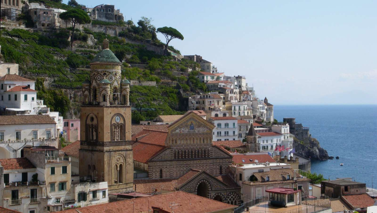 Det smukke klokketårn med mosaik på Domkirken i Amalfi