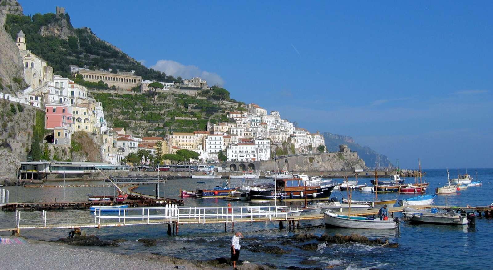 Udsigt over havn, kyst og by