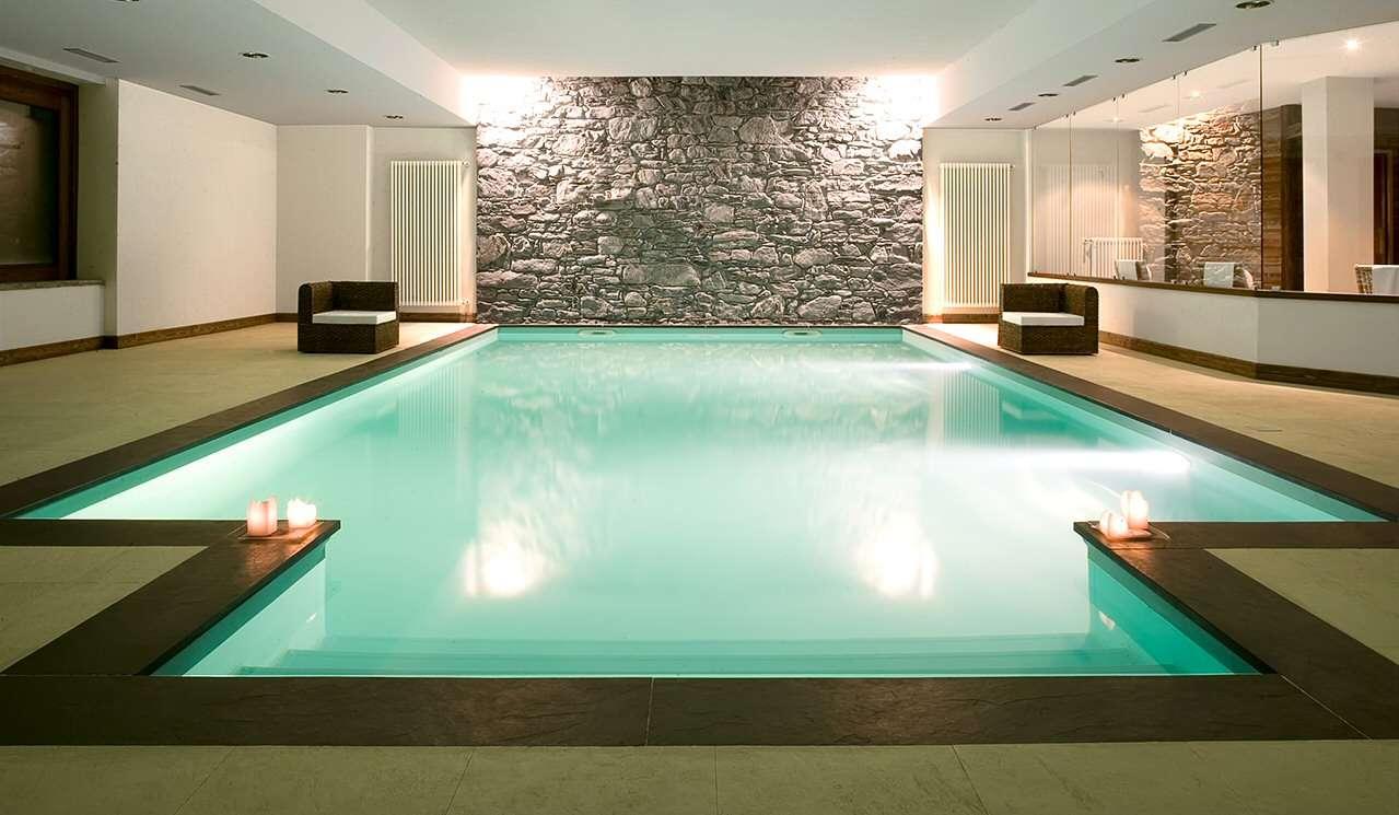 Overdækket pool med åbne vinduespartier