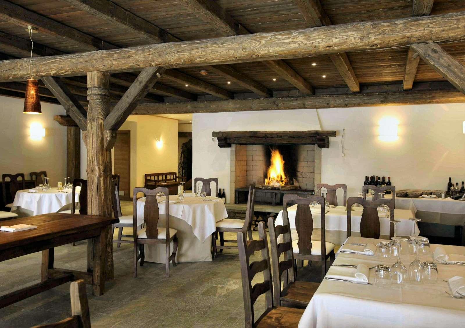 Restaurang med öppen spis och panoramisk bergsutsikt