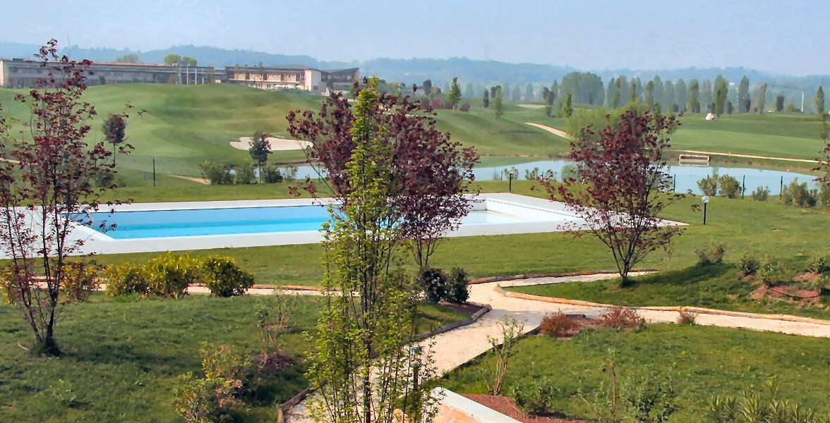 Swimmingpool med grøn udsigt