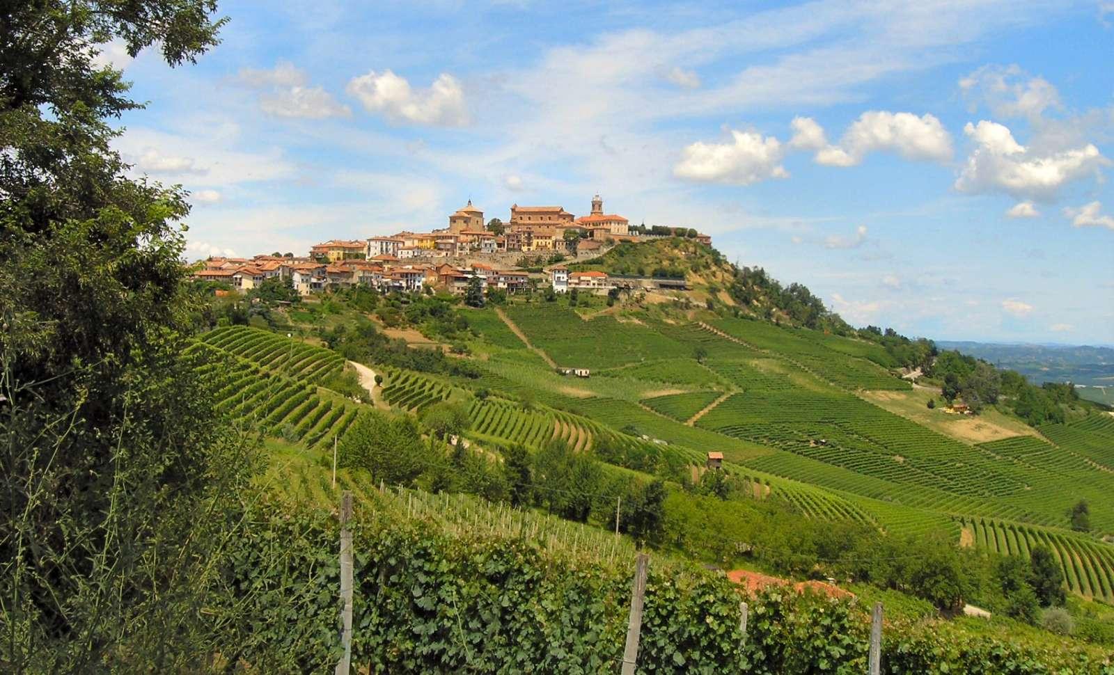 La Morras vackra placering på en höjd omgiven av vinmarker