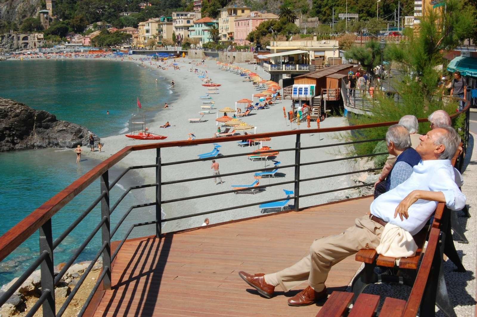 Langs med strandpromenaden er der rig mulighed for at nyde en solrig stund