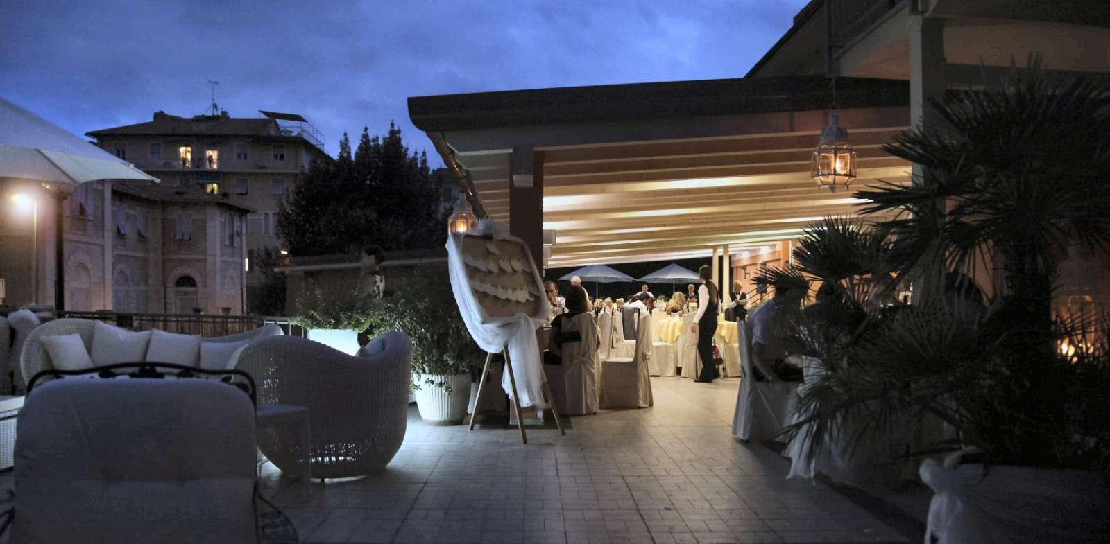 Den stemningsfulde terrasse ved aftentide