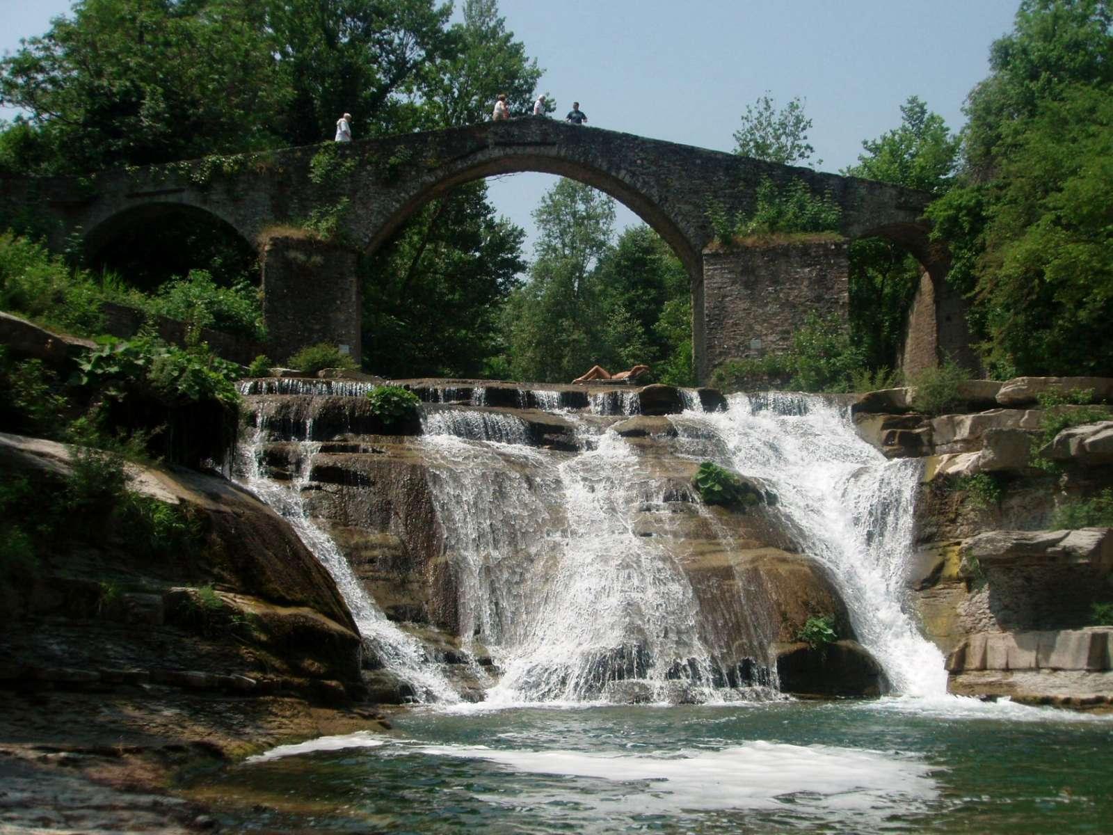 Den antika Brusia bron med vattenfall