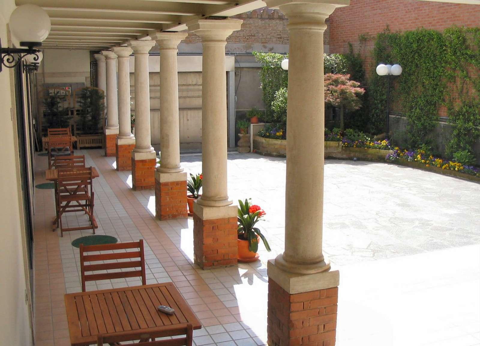 Alle drei Zimmer haben eine eigene Terrasse unter dem Säulengang