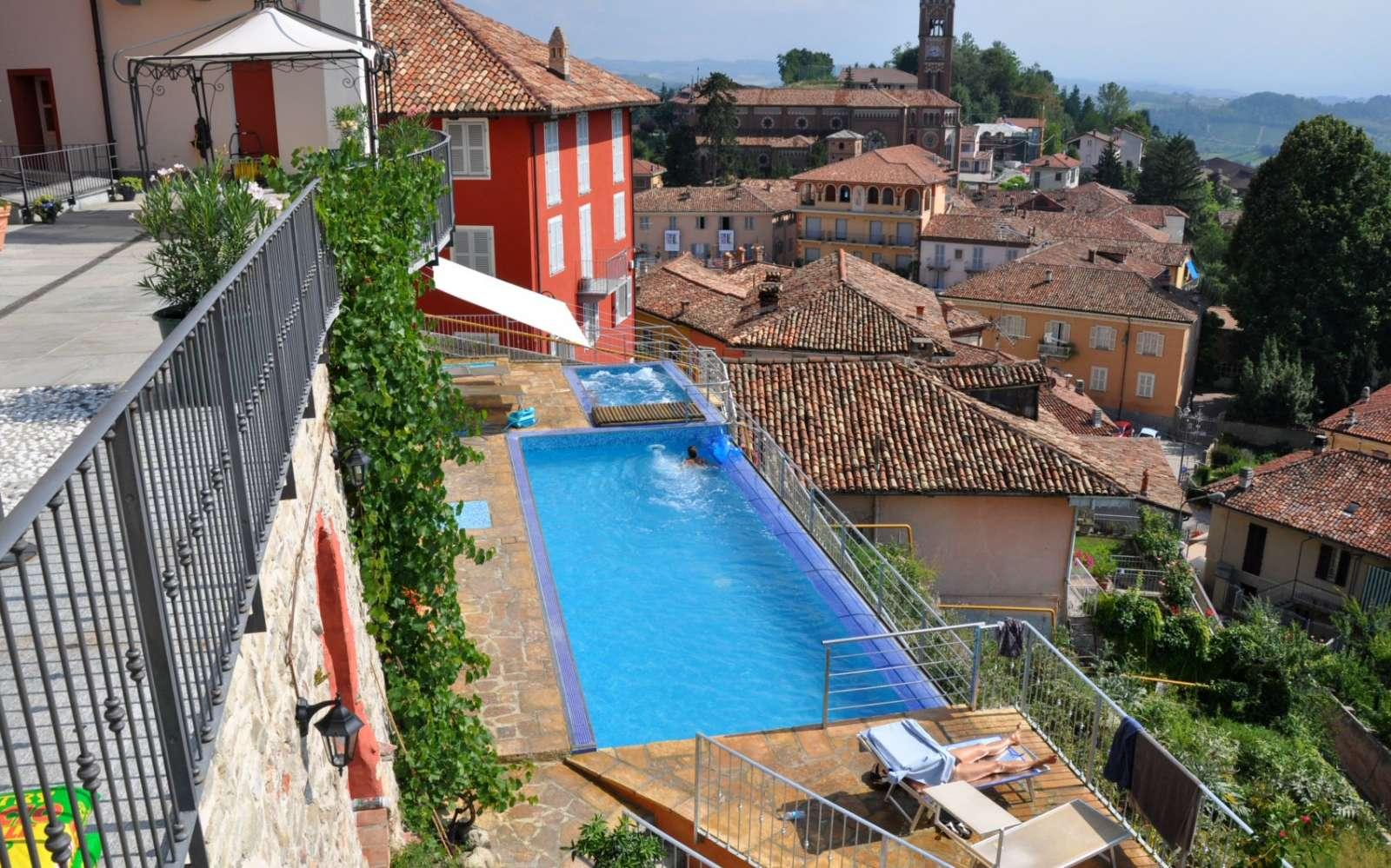 Pool och jacuzzi med utsikt över landskapet