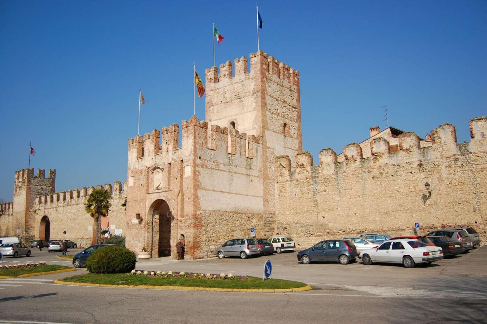 Soaves Stadtmauer und Porta Verona in der Mitte