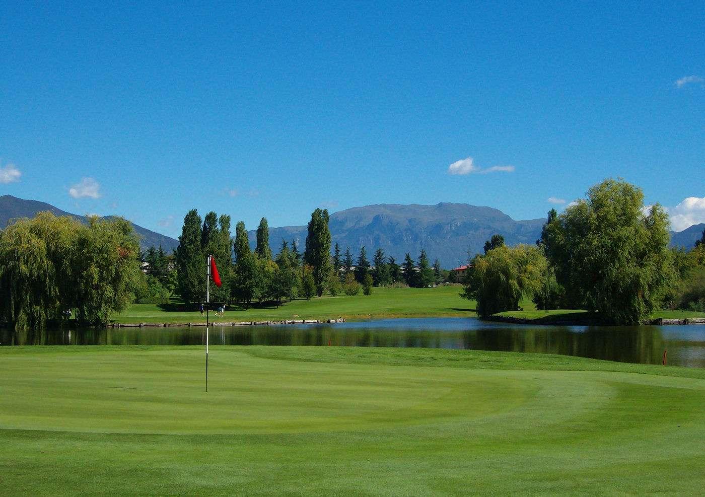 Golfbana med utsikt till bergen