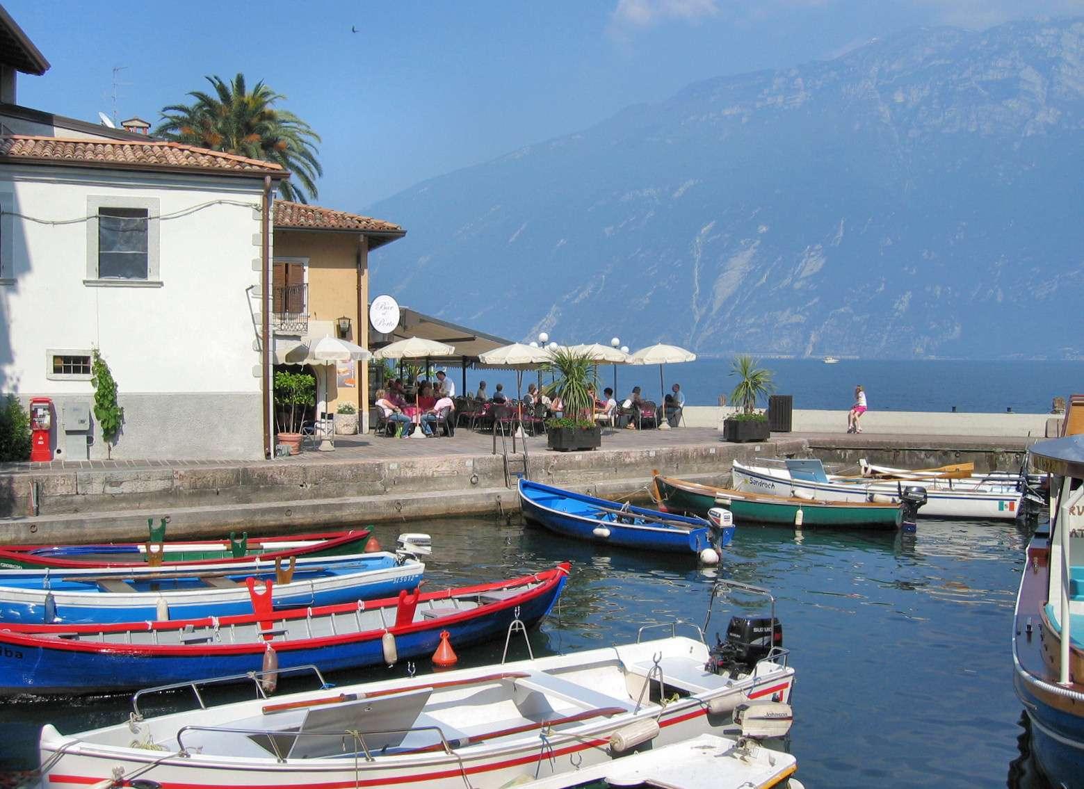 Lille havnemiljø i centrum af Limone sul Garda