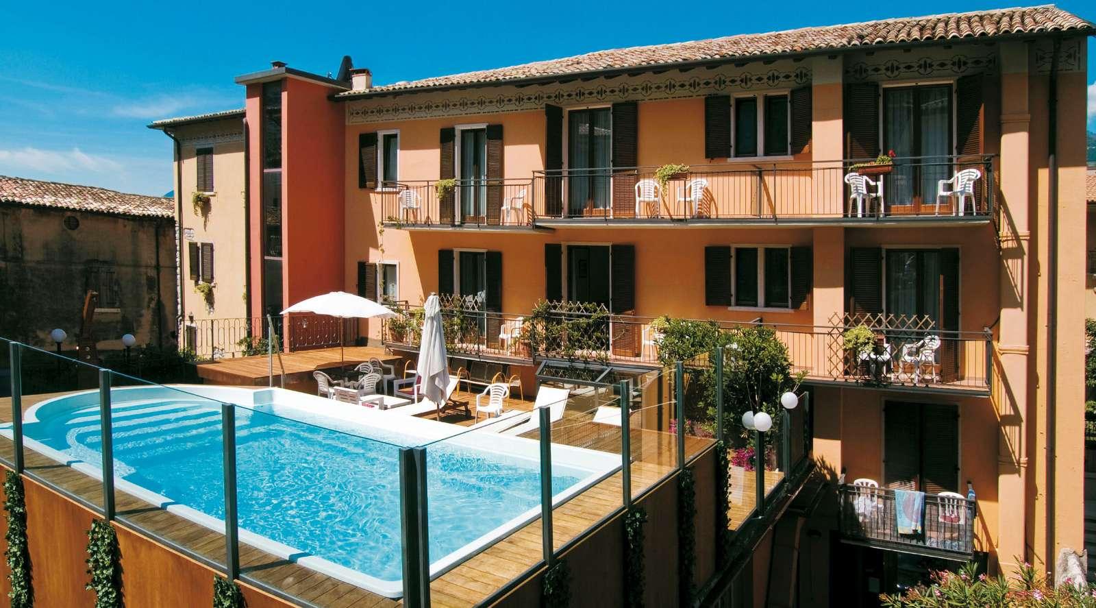 Der schöne Swimmingpool vom Hotel Dolomiti mitten in Malcesine