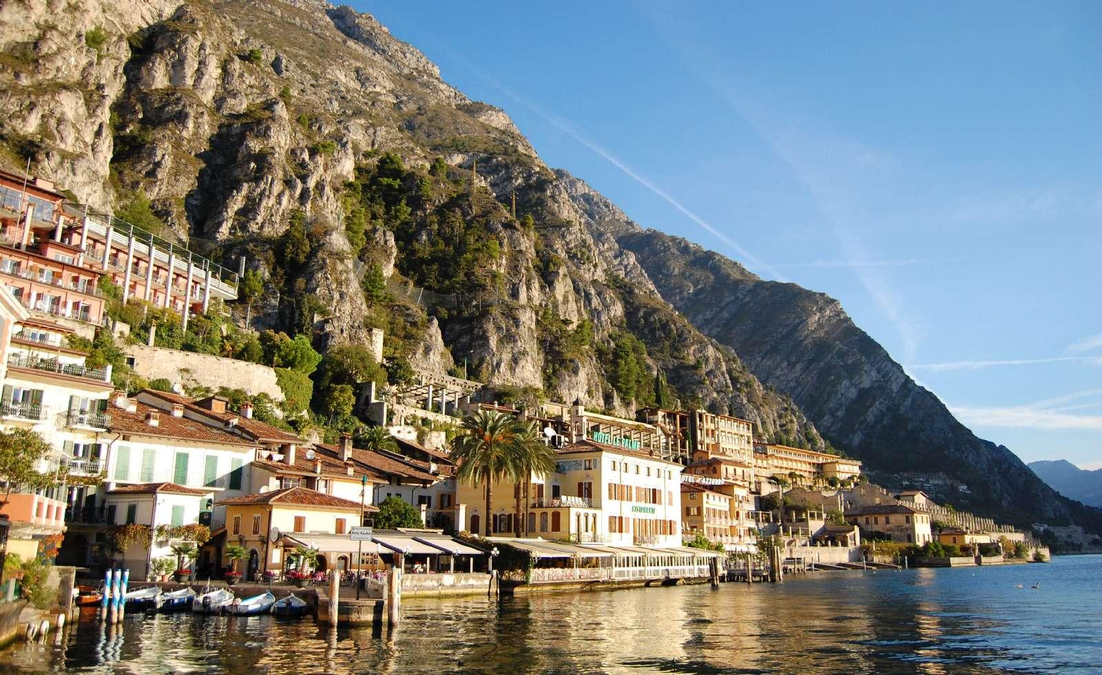 Limone sul Garda i solskin på bredden af Gardasøen