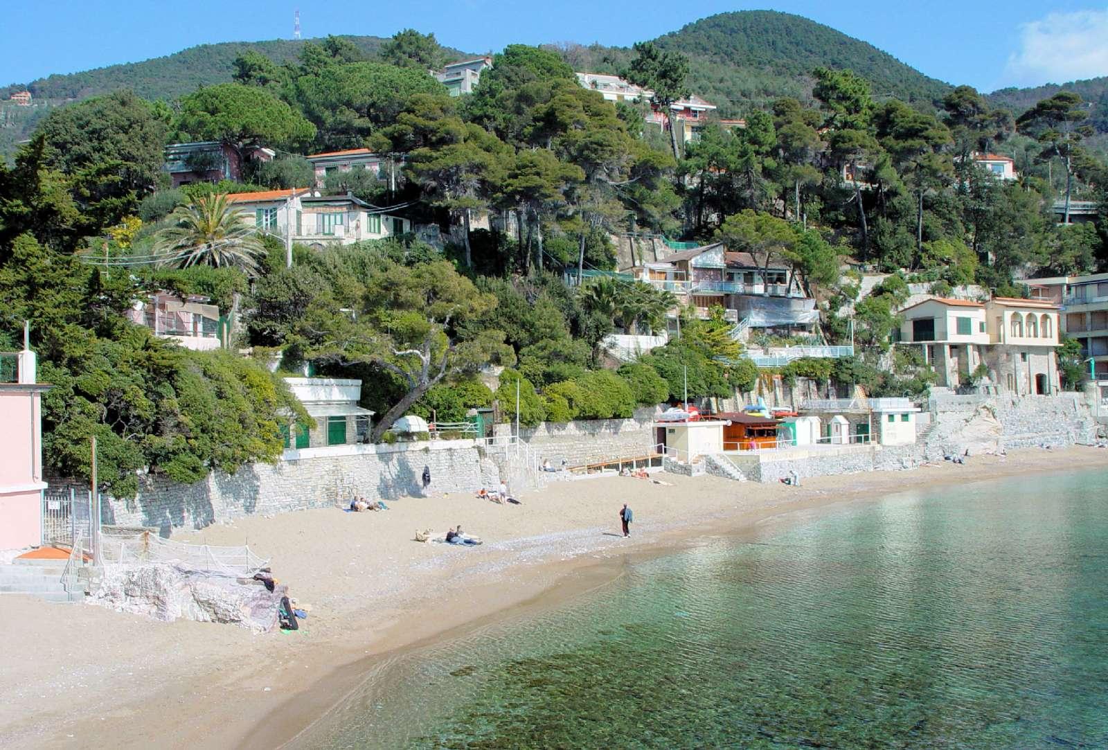Den flotte sandstrand i Fiascherino - hotellet anes til venstre i billedet (rosa)