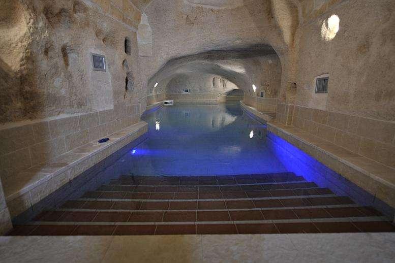 Centre bien-être de la Locanda San Martino avec piscine thermale souterraine.