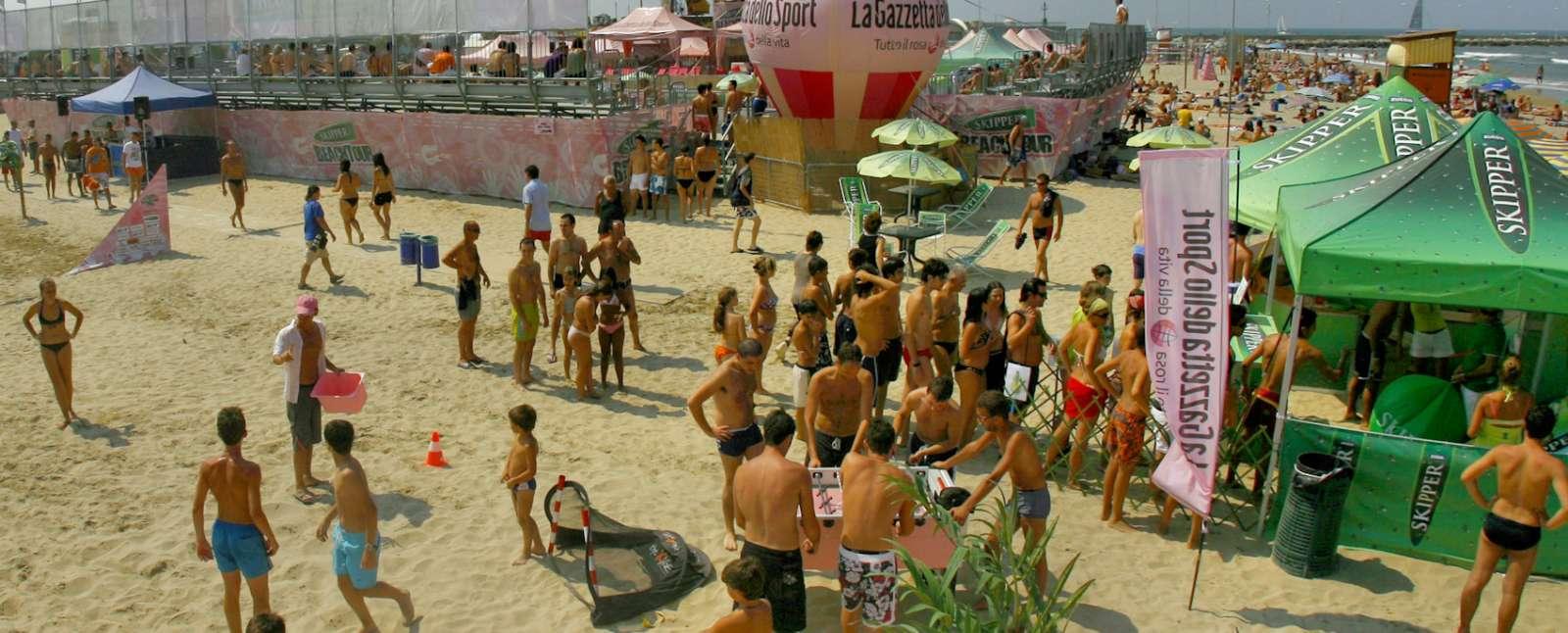 Den livliga stranden vid Rimini
