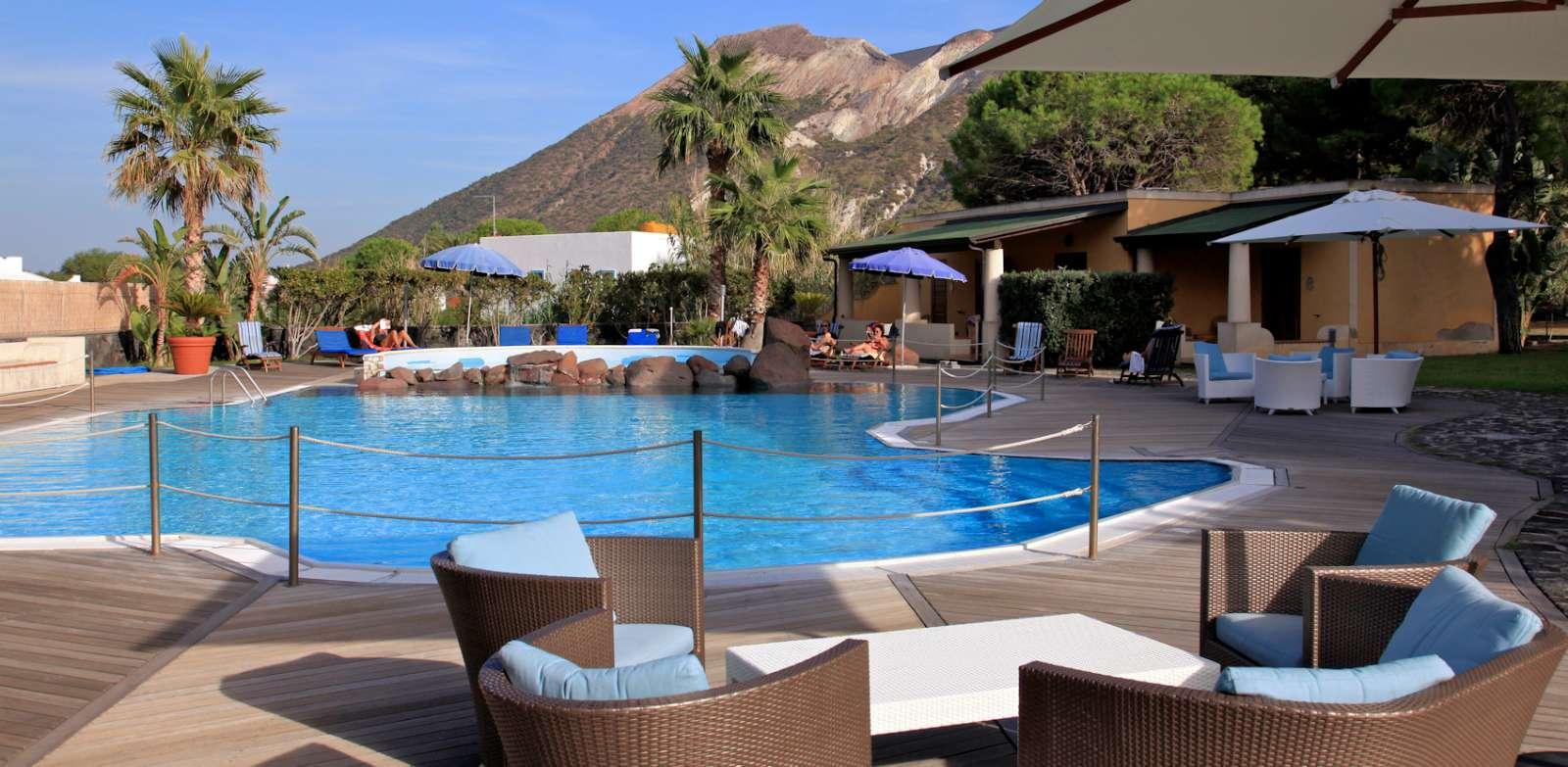 Der Pool und die Aussicht auf den Vulkan