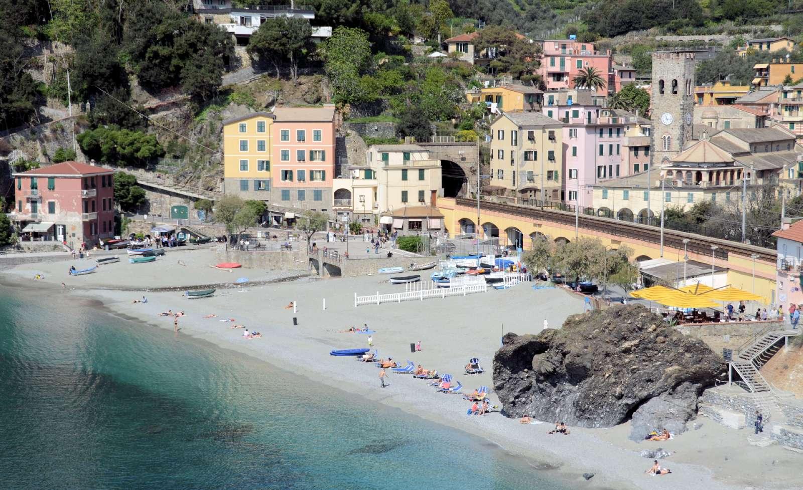 Stranden vid Monterossos gamla stadsdel