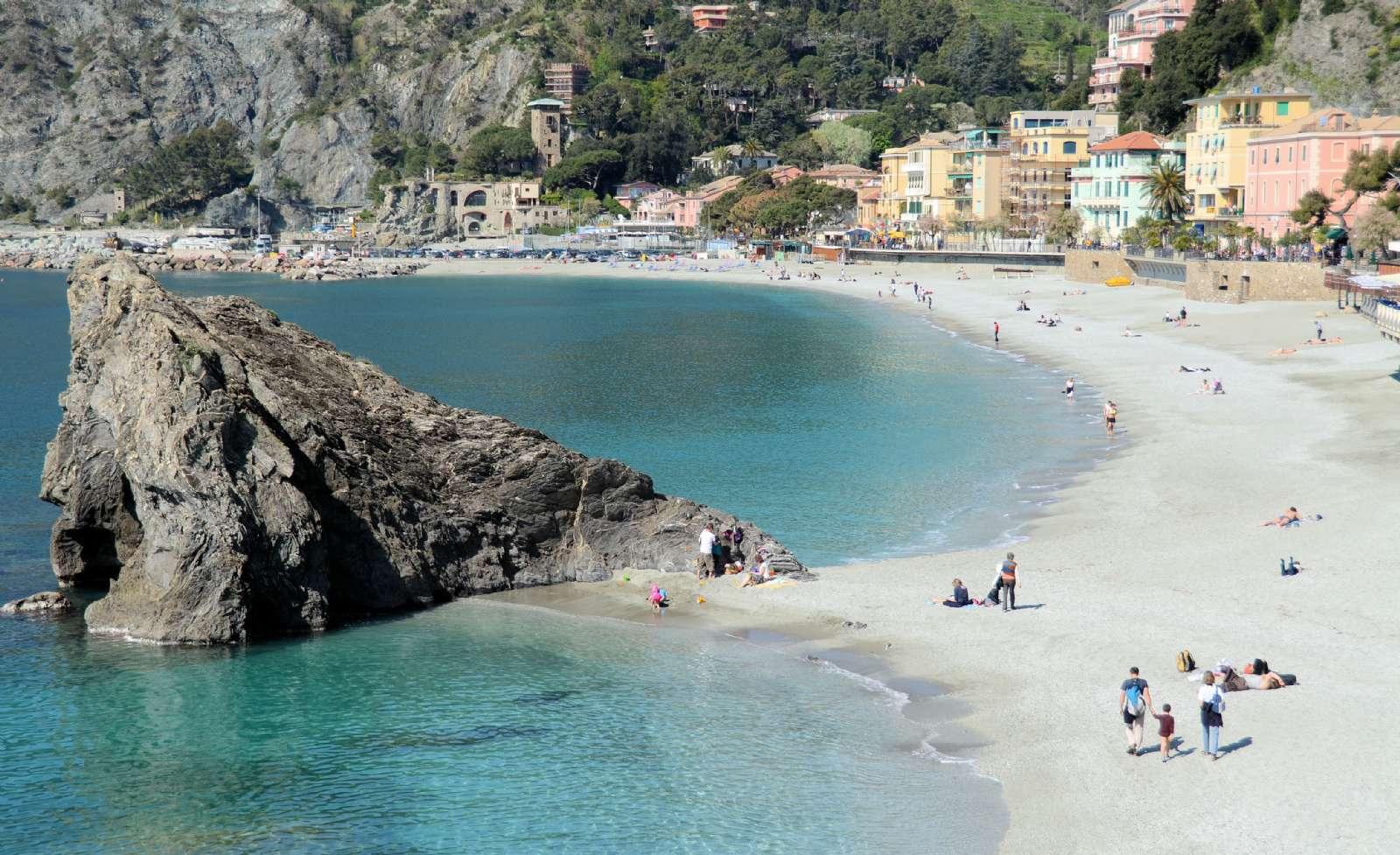 Den karaktärfulla klippan på stranden i Monterosso