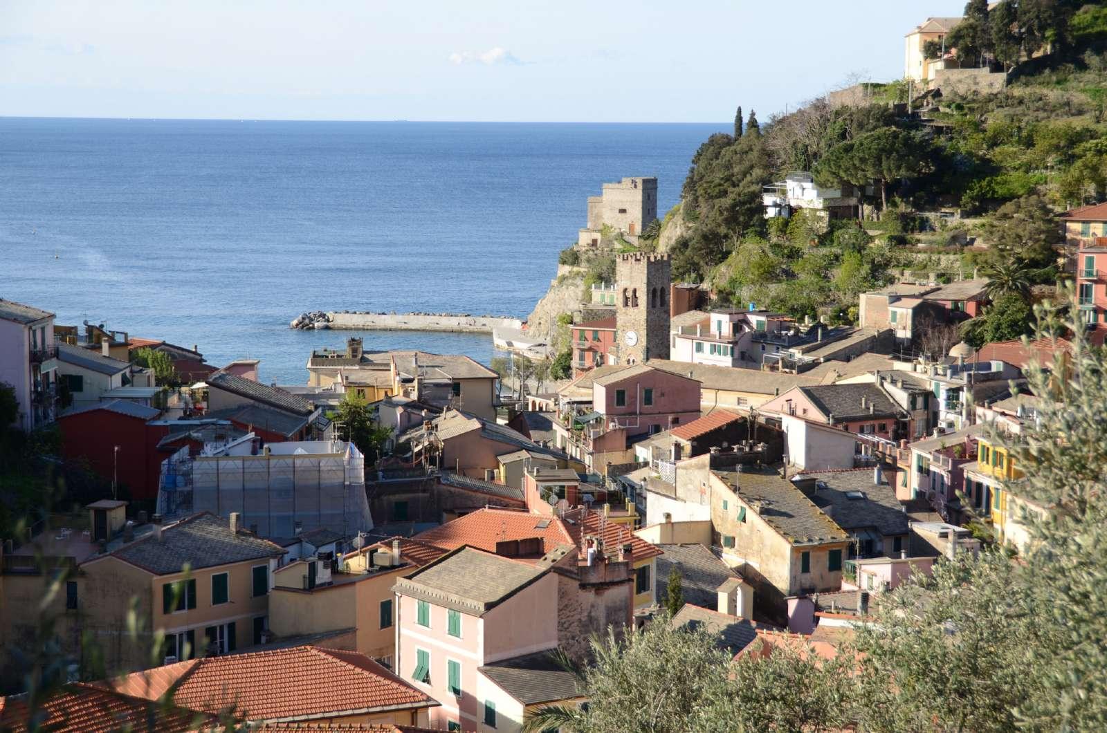 Monterossos pittoreska profil med det historiska tornet