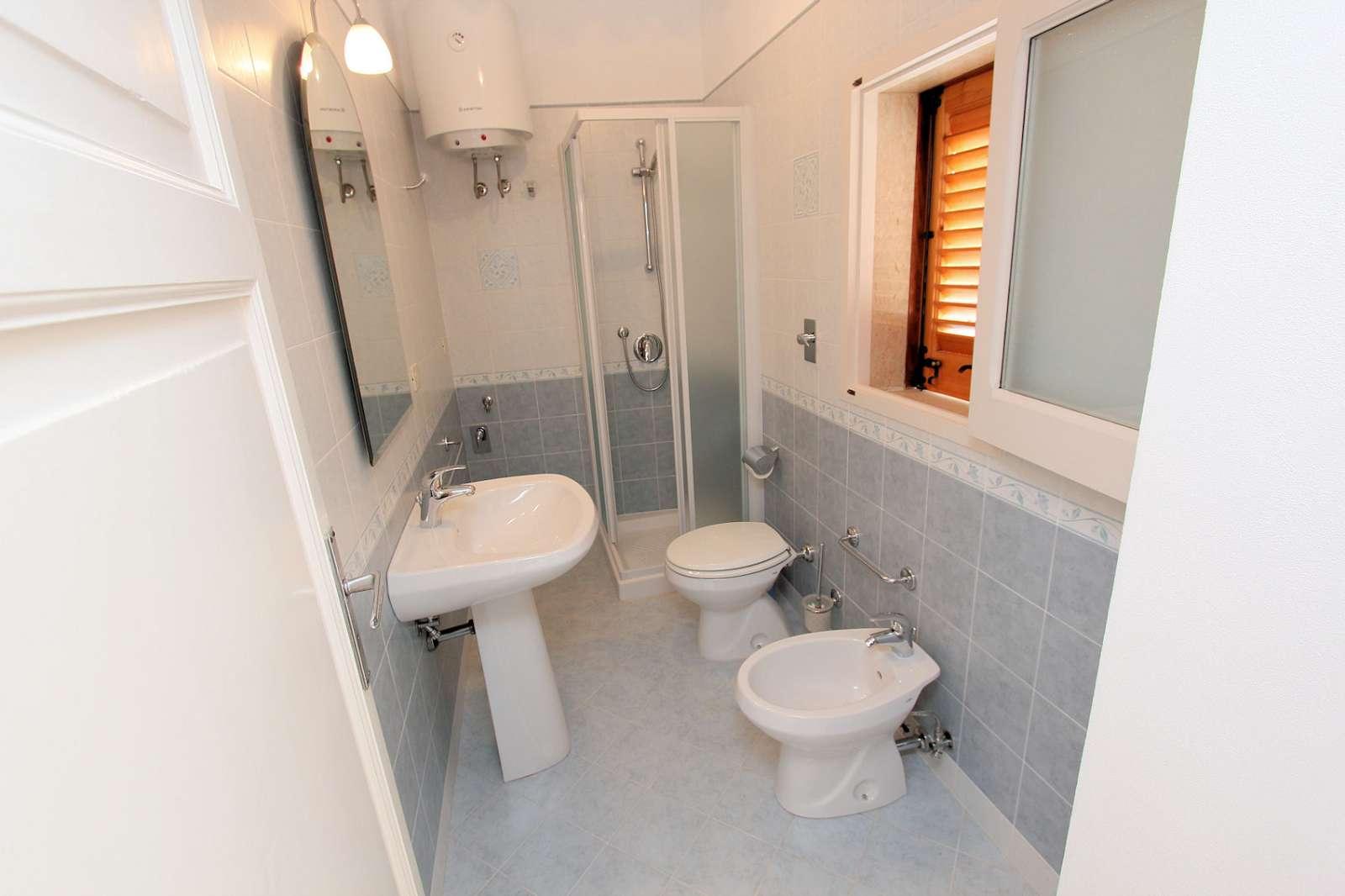 Das Badezimmer, für Verdana und Marta, welches sich auf dem Flur befindet