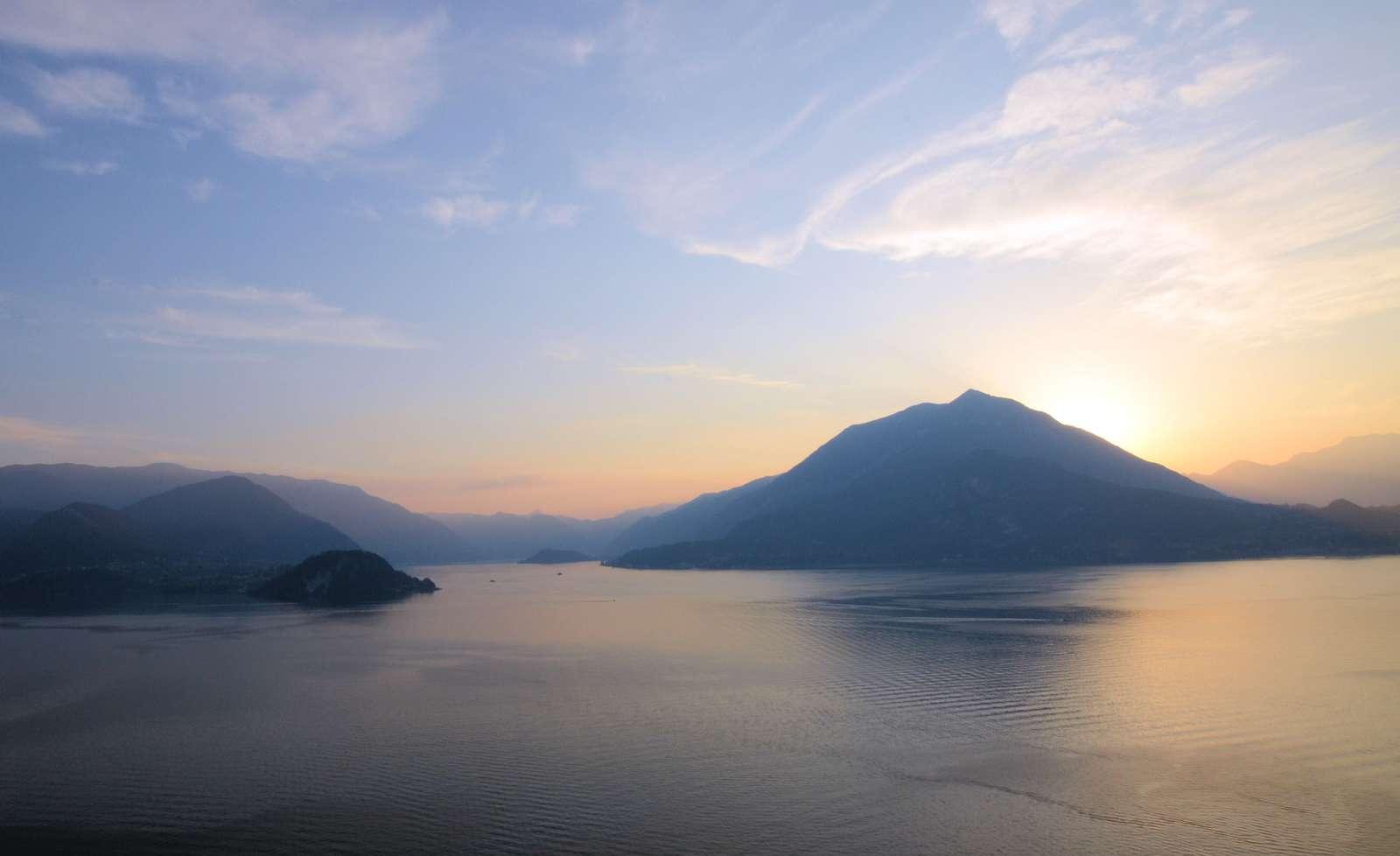 Solnedgangen over Comosøen kan nydes fra restauranten
