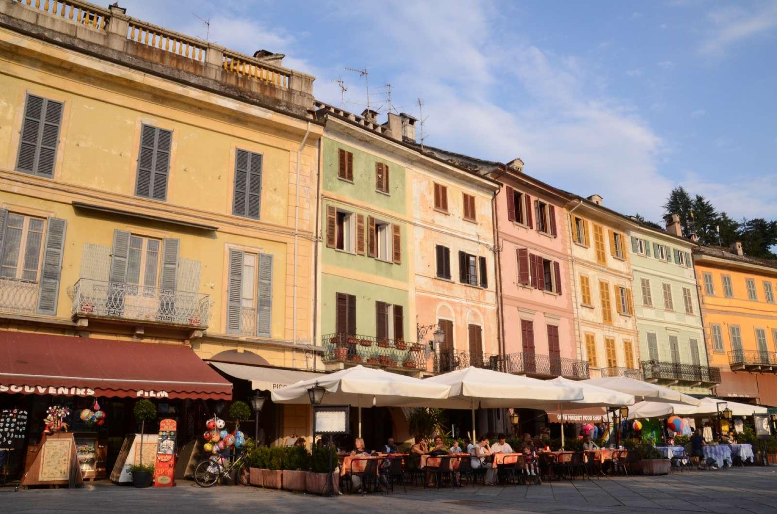 Piazza Motta med kaffebar, restauranger och butiker
